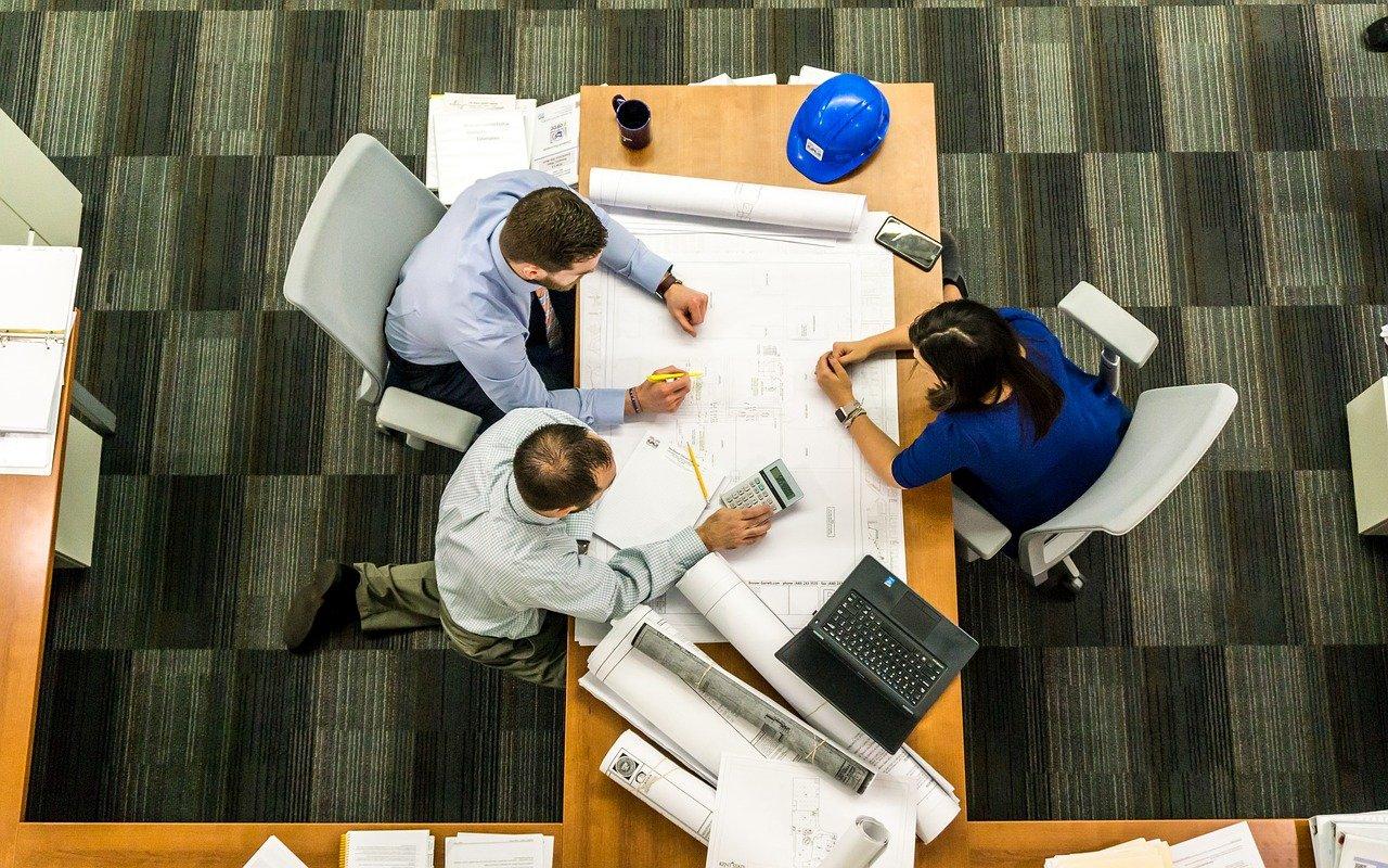 employees-strategizing